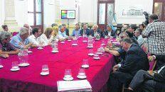 cónclave. El gobernador, sus ministros, legisladores y el ministro de Agroindustria de la Nación se reunieron ayer en Santa Fe para evaluar las posibles salidas a la crisis hídrica.