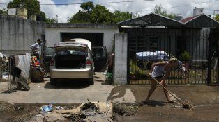 Triste. Los vecinos trabajaban ayer arduamente para recuperar sus viviendas del daño que causó el agua.