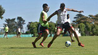 Nehuén Paz trata de controlar la pelota durante la práctica de fútbol de hoy en el predio de Apand.