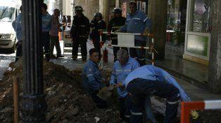 Operarios de Litoral Gas trabajan en la zona de Córdoba al 1600, donde se produjo la rotura de un caño.
