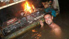 A pesar de las intensas lluvias, los amigos de La Emilia se juntaron a hacer un asado (Foto: Facebook Coky Núñez).
