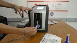 El dispositivo se introduce un analizador y el conductor recibe un ticket como comprobante del resultado.