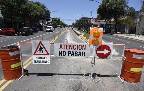 en obra. La avenida Alberdi muestra importantes deterioros que obligan a repavimentar el carril exclusivo.