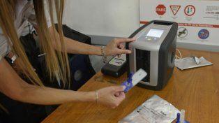 el kit. Un hisopo toma una muestra de saliva y luego lo mide el analizador.