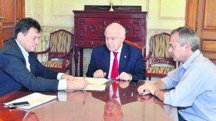 Rúbrica. El gobernador y el intendente Raimundo sellaron el acuerdo.