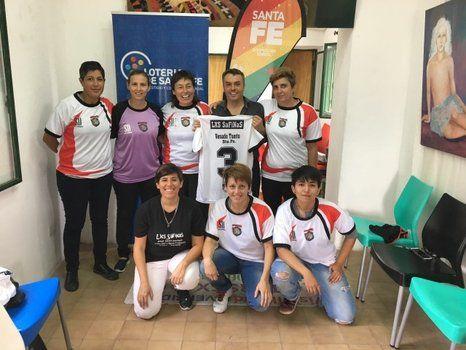 Parte de Las Safinas presentó sus camisetas en la Subsecretaría de la Diversidad Sexual.