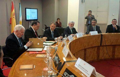 Acuerdo. El gobernador Schiaretti (tercero de la izq.) y autoridades del instituto en Madrid