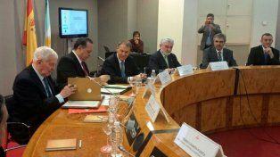 Acuerdo. El gobernador Schiaretti (tercero de la izq.) y autoridades del instituto en Madrid, ayer.