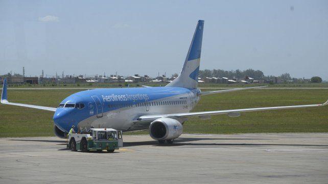 Con ayuda. El deterioro en la plataforma operativa obligó a utilizar tractores para desplazar a los aviones y evitar más daños.
