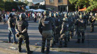 Efectivos de Gendarmería en la puerta de la planta gráfica de Clarín.