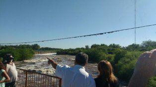 La intendenta Fein en el puente Ayacucho recibe el parte de novedades sobre el caudal del Saladillo.