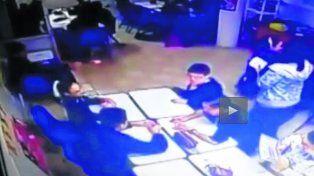 tragedia. El momento en que el adolescente le tira a un compañero (al centro), quien cae herido en la cabeza.