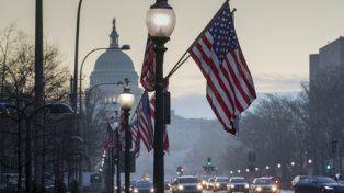 Aprestos. La avenida que da al Capitolio luce adornada con banderas estadounidenses con motivo de la asunción.
