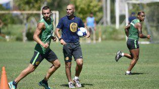 Motivador. Montero ofrece indicaciones de forma permanente en el entrenamiento canalla.