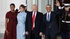 Los matrimonios Obama y Trump saludan en el patio de la Casa Blanca.