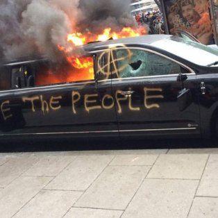 LOs manifestantes prendieron fuego una limusina a algunas cuadras de donde asumía Trump.