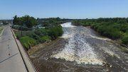 En alerta. El retroceso de la cascada y su acercamiento al puente se hizo muy evidente los últimos días. La foto fue tomada ayer.