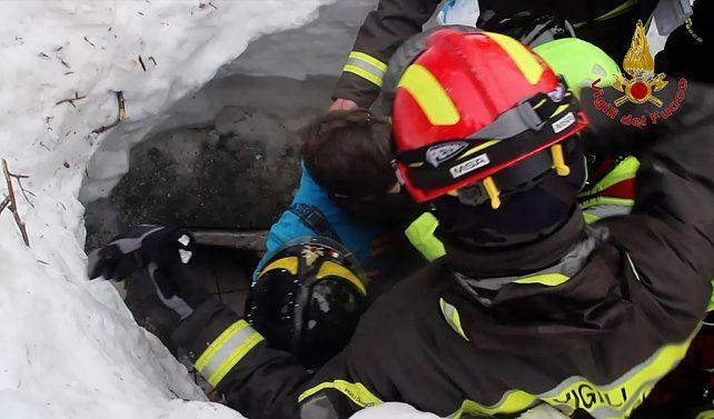 Providencial. El primero de los niños (al centro) sacados por los bomberos del hotel Rigopiano