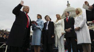 Escalinatas del Capitolio. Trump jura el cargo sobre dos biblias. Recibió un caluroso aplauso de toda su familia, que lo acompañaba.