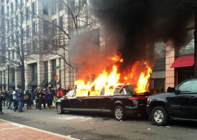 Violencia. Una limusina fue incendiada en Washington