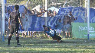 Momento cumbre. Lucas Rodríguez se arroja hacia su derecha y se queda con el disparo de Renzo Funes