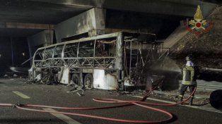 El ómnibus ardió tras chocar contra un poste, después de salirse de la autovía, según indicaron fuentes policiales.