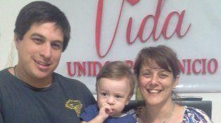 Felices. Juan Carlos, Claudia y el pequeño Benicio, esperan el turno.