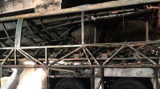 Pavoroso. El ómnibus se incendió rápidamente tras embestir un poste del tendido eléctrico.