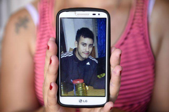 Recuerdo. Vanesa muestra una foto de su hermano Maximiliano Morales