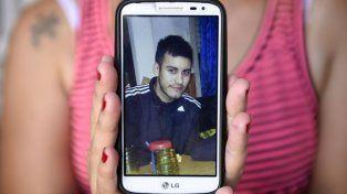 Recuerdo. Vanesa muestra una foto de su hermano Maximiliano Morales, asesinado el viernes a las 2.30 AM.