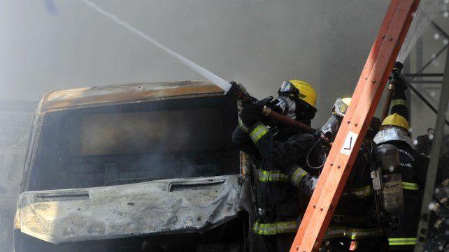 Los bomberos lograron contener el incendio en el depósito.