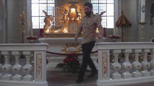 Un hombre fue multado por hacer flexiones de brazos sobre el altar de una iglesia