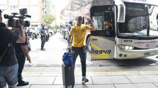 El DT Montero ingresa al hotel donde está concentrado el plantel canalla.