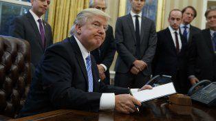 Donald Trump firmó el decreto para retirar a Estados Unidos del Acuerdo Transpacífico.