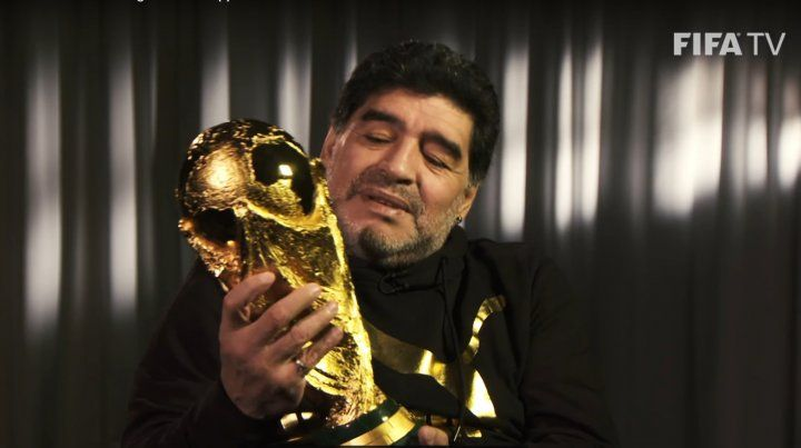 Maradona se reencontró con la Copa del Mundo y no aguantó la emoción