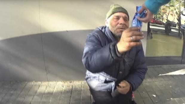 Indignación con un youtuber por humillar a un vagabundo con una broma pesada