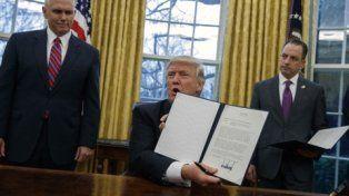 decretazo. Trump exhibe a la prensa el decreto que terminó con la iniciativa de Obama para el Pacífico.