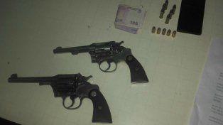 Las armas secuestradas en poder de los acusados.