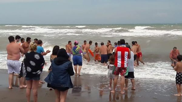 Guardavidas publican el video de un triple rescate en Monte Hermoso
