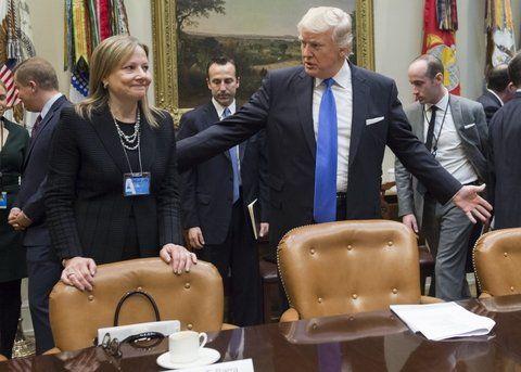 cordialidad. Trump invita a sentarse a la jefa de la automotriz GM