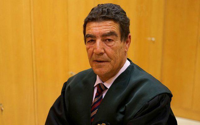 El juez de menores Emilio Calatayud condenó a un chico que cometió un robo a hacer un curso de peluquería.