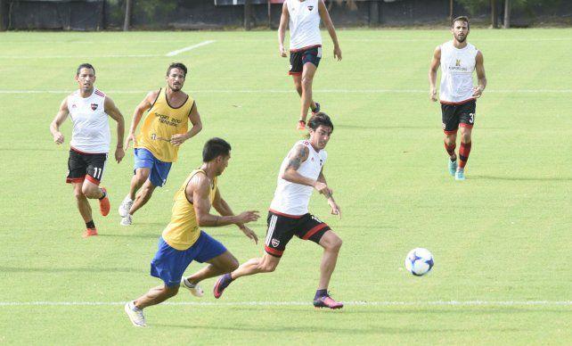 Gato en acción. Formica va en busca de la pelota mientras un defensor de Atlético Paraná lo persigue.