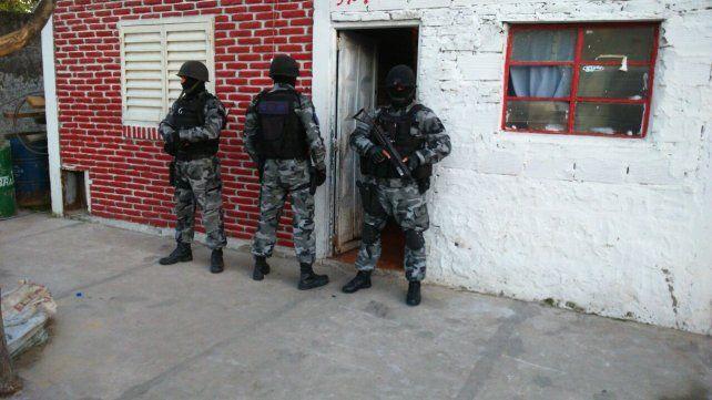 Cinco detenidos y un arsenal secuestrado, en una serie de allanamientos de la policía