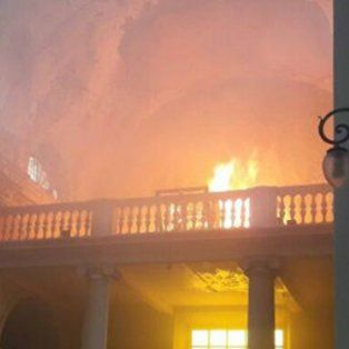 las desgarradoras imagenes del incendio en la catedral de san nicolas