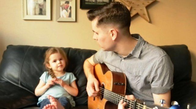 El video de la nena cantando junto a su padre se volvió viral en las redes.