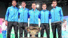 En la historia. Del Potro, Delbonis, Orsanic, Pella y Mayer posan con la Copa Davis en Zagreb.