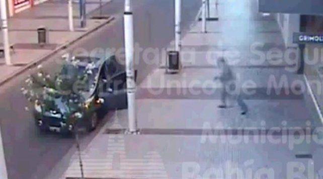 Se bajó del auto a ver una vidriera y se lo robaron