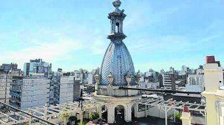 La maravillosa terraza coronada por su cúpula. Joyas de un edificio casi centenario.