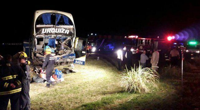 Siete personas resultaron heridas tras el choque de un micro y un camión sobre la autopista.