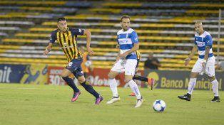 Mauricio Martínez busca la pelota y Fuenzalida y Silva acompañan con la mirada.